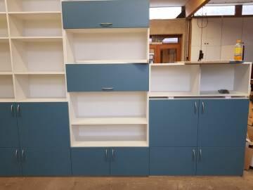 Bibliothèque avec différent éléments ouverts et fermés à Metzeral